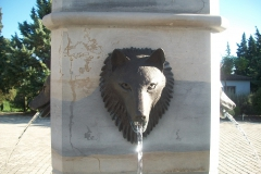 Domaine la Louvière, Malviès, Brunnen mit Wolfskopf, Detailansicht